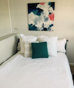 Cosy studio close to Uni, beach CBD - Flat