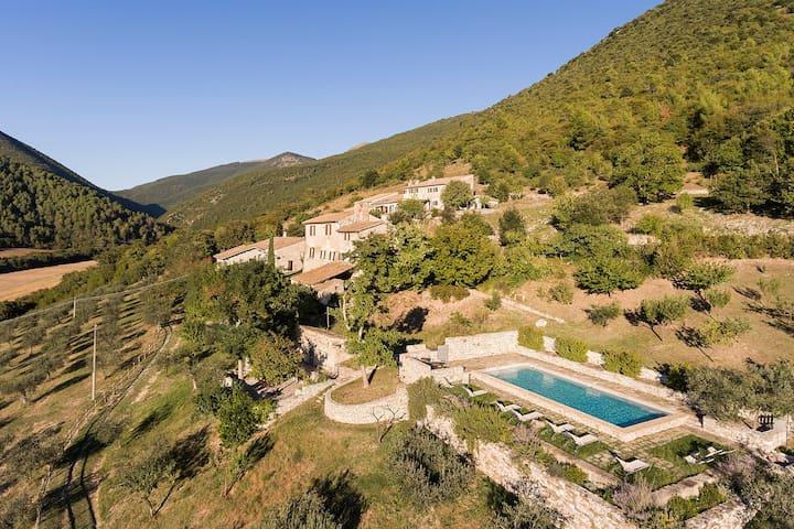 Casa della Roccia nel borgo di Pianciano in Umbria