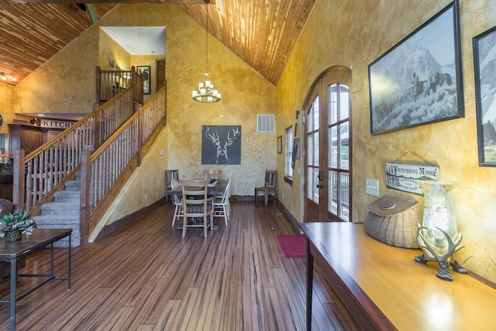 Spectacular 6 Bedroom Lakefront Lodge 8!