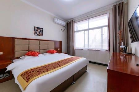 舒适大床房间离游客中心很近,入村口旁边是喜来登大酒店,