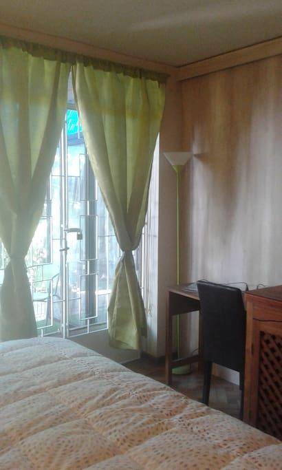 pieza con cama king, más terraza privada, escritirio y tv