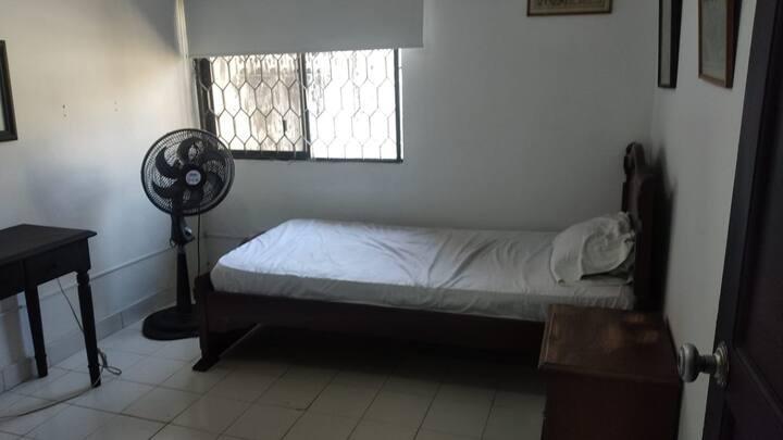 Habitacion sencilla bien situada para pensionados