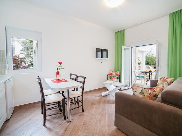Charming Apartment with Balcony 4