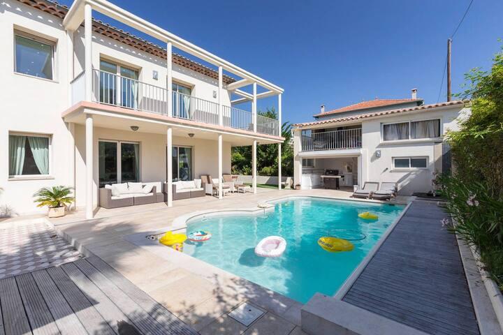 Moderne ruime villa met privezwembad 80m van zee.