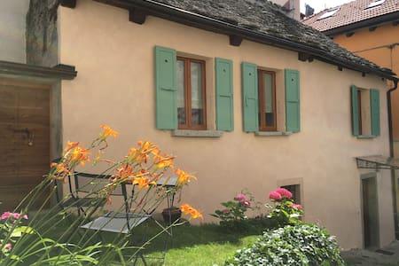 """""""Mozzio antica"""", casa indipendente con giardino - Mozzio - Dom"""