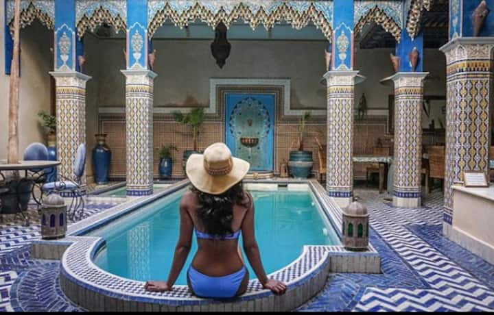 one Room big swimming pool in center of Medina