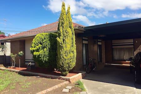 clean, convenient location, sweet home cooking - Bundoora - Ev