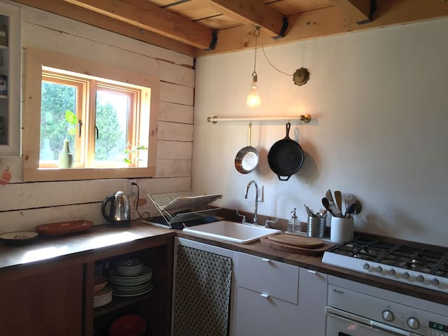 Fully functional kitchen with gas range, nice oven, toaster, kettle, delicious (!) well water