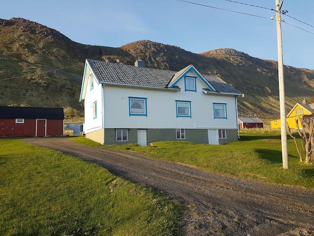 Koselig hus i vakre omgivelser.