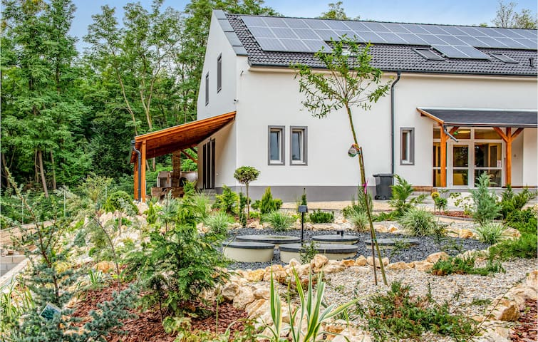 Holiday cottage with 7 bedrooms on 400m² in Városlöd