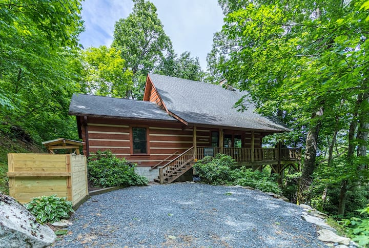 Farallon- Cozy Cabin in Valle Crucis with Hot Tub, Fire Pit, Pet Friendly!