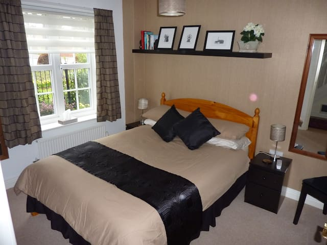 Double room & ensuite shower room - Newbury