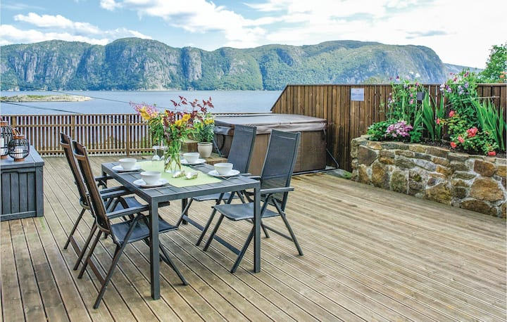 Nice home in Farsund with Jacuzzi, Sauna and WiFi