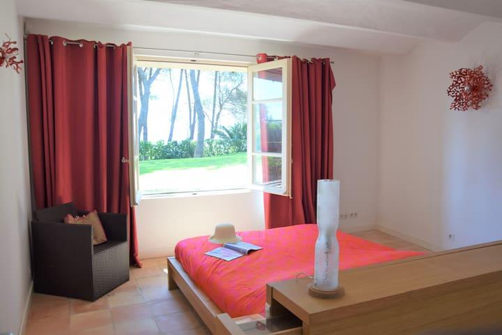Chambre 2, vue jardin et mer
