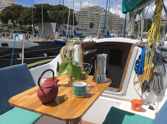 Voilier à quai sur la Côte d'Azur