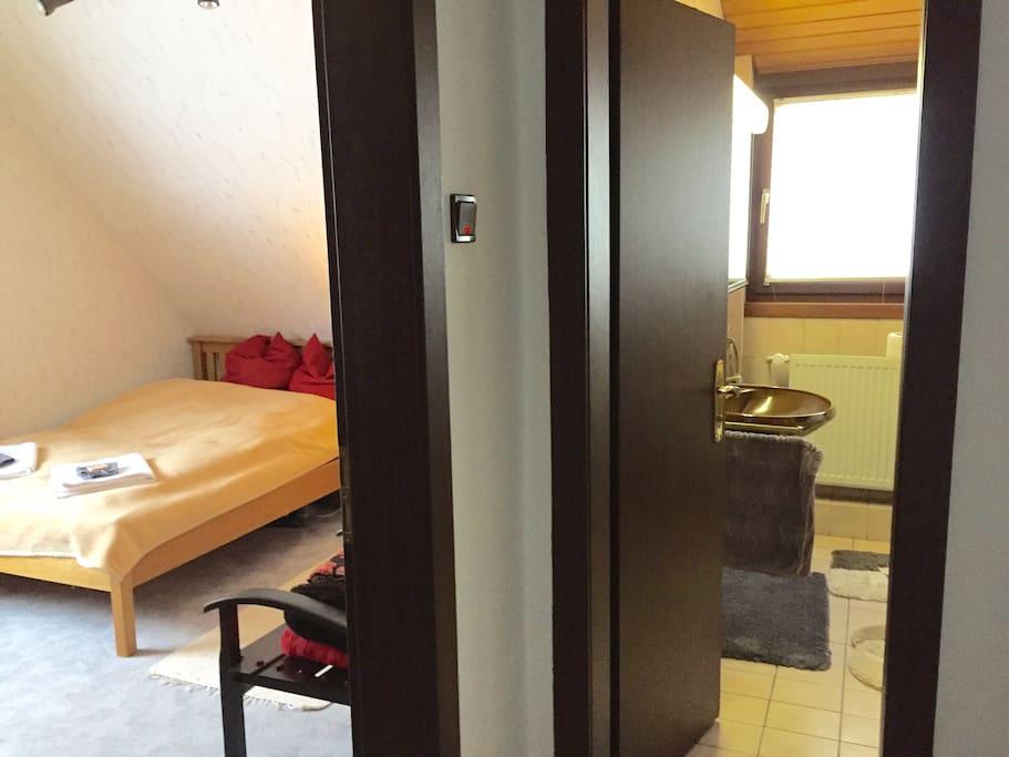 Rechts neben dem Zimmer das Badezimmer für unsere Gäste