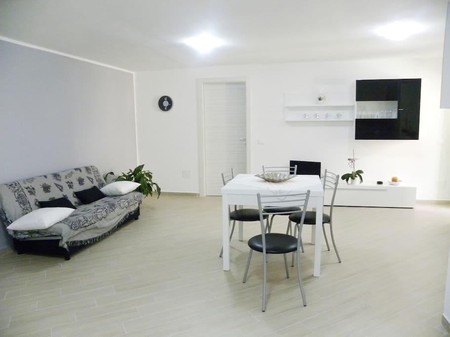 l'ampio living con divano letto e tv led