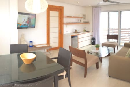 Modern 1BR Apt just steps from the beach! - Malay