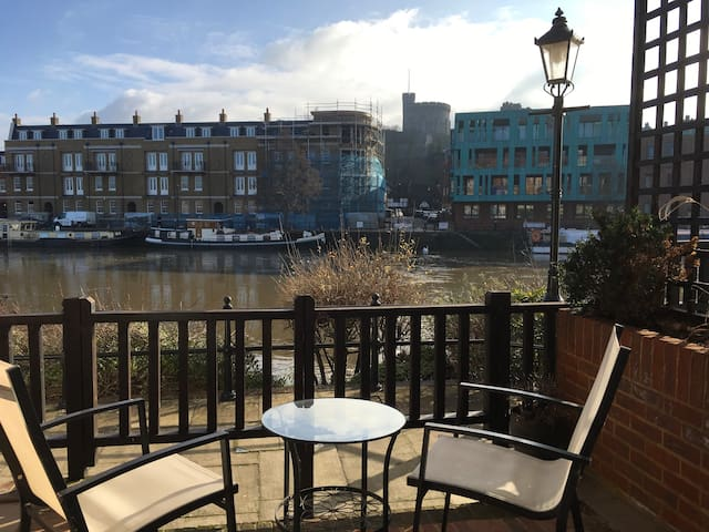 Exclusive riverside flat with stunning Castle view