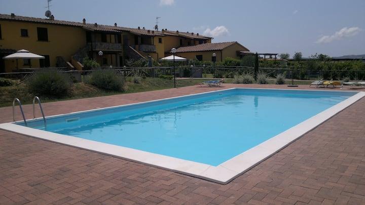 Delizioso appartamento in casolare con piscina