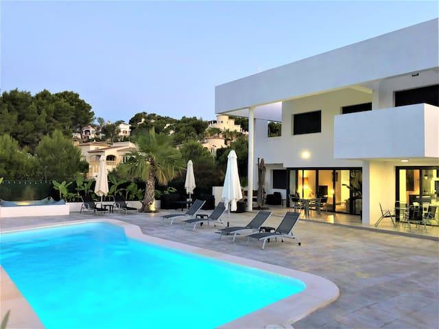 Bella Galera. Con piscina y jacuzzi exterior.