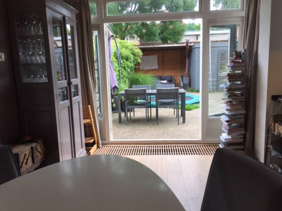 Open deuren naar ruime en zonnige tuin
