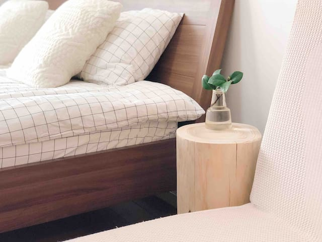 床头的木桩茶几