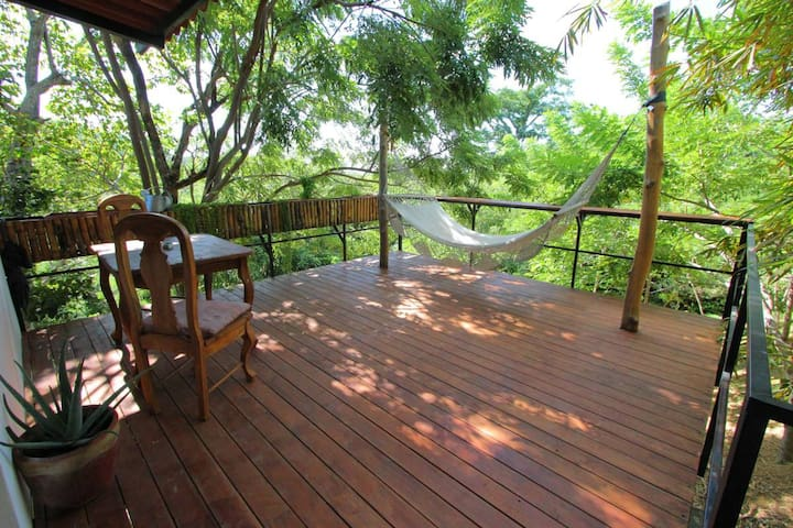 Casa Swell treetop casita w/balcony and ocean view - Tola - Wohnung