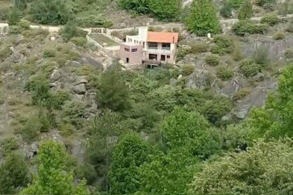 Amplia y luminosa casa en la montaña, con arroyo y diquecito propio!