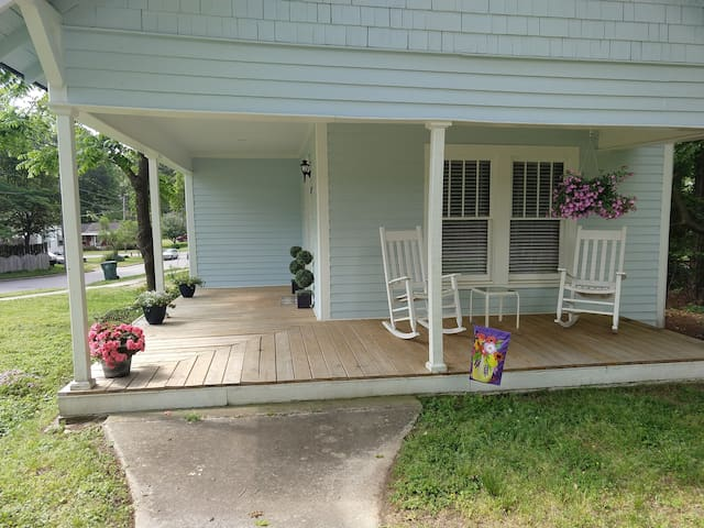 Cozy, quaint cottage blocks from downtown Cary!