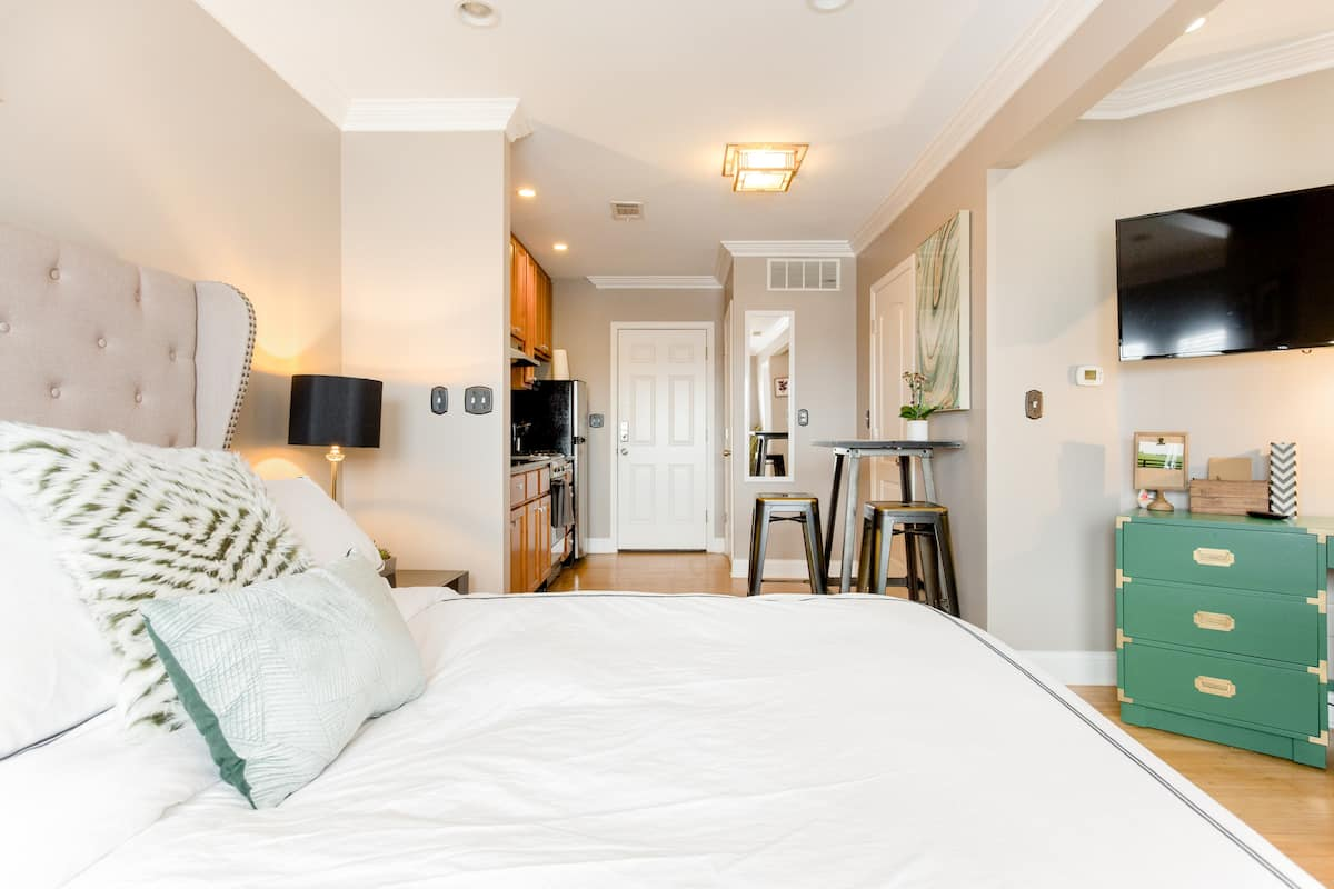 Cozy and Stylish Studio with Free Parking in Irving Park