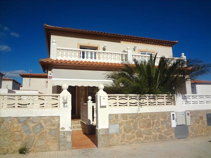 Catalunya Casas: Modern Miami Platja Villa, a 5-minute walk from the beach!