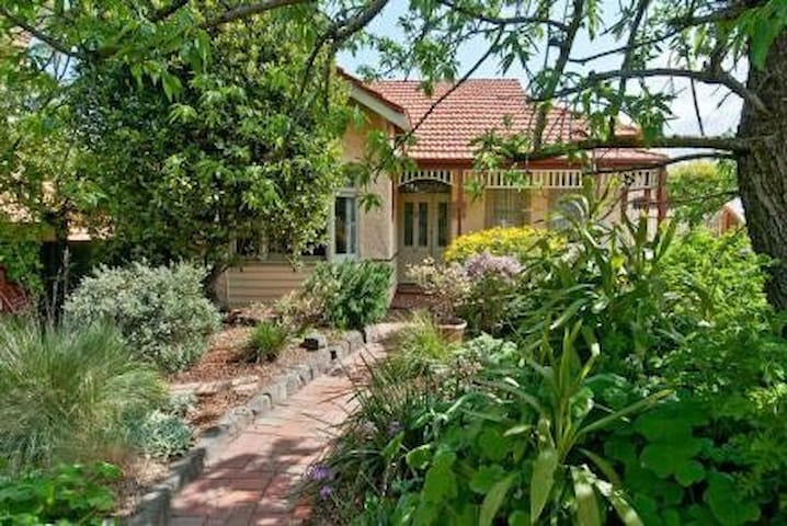 Charming period home with Courtyard - Brunswick West - Ev