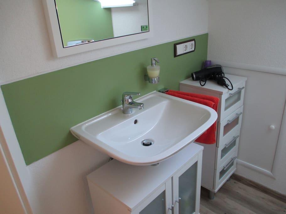 Badezimmer (Dusche + WC+ Waschbecken. Handtücher + Seife + Föhn vorhanden