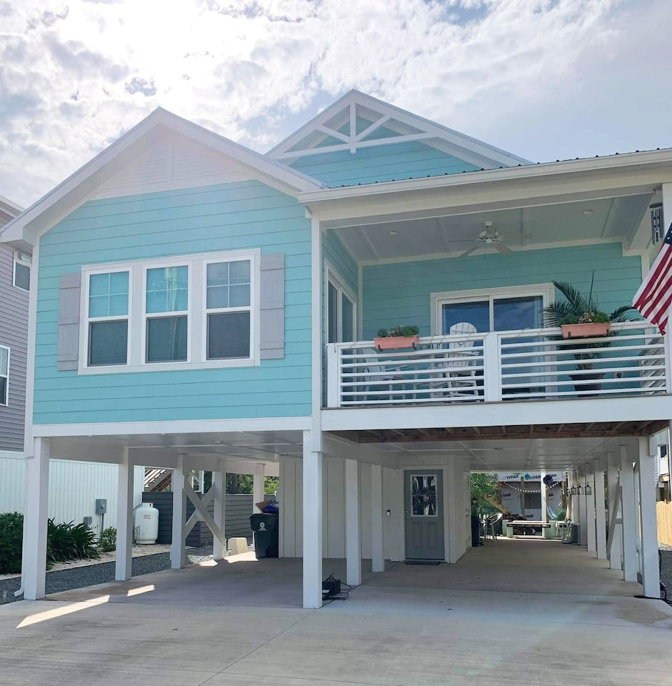 Well Equipped Beach Home with outside bar, hot tub, fire pit, grill, outside shower AND golf cart equipped for a fun, quick  ride to the ocean!  Linens provided, you need only to bring sunscreen, umbrella/chairs, bathing suit & change of clothes!