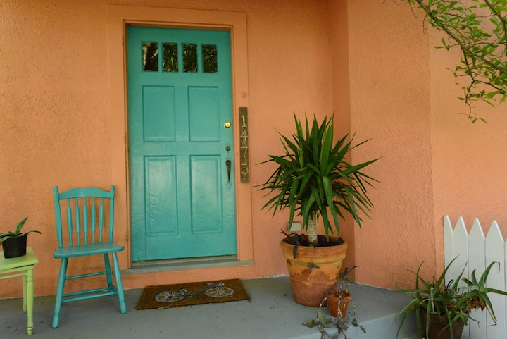 Colorful 2BR/1B close to LSU w/pool