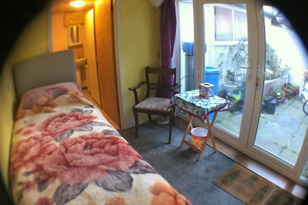 Rhyl North Wales single G/F +toilet+extra mattress - Rhyl