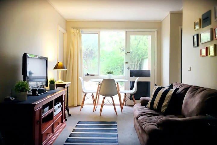 Cosy Spacious Room in Weston with Sofa, Aircon