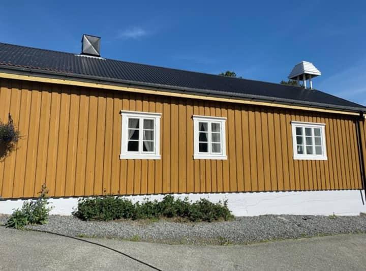 Moderne tømmerhus på idylliske Ballstad i Lofoten