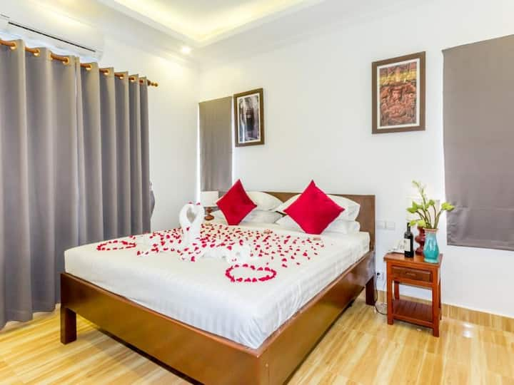 Ravel Boutique Hotel - Luxury 1 King Bed