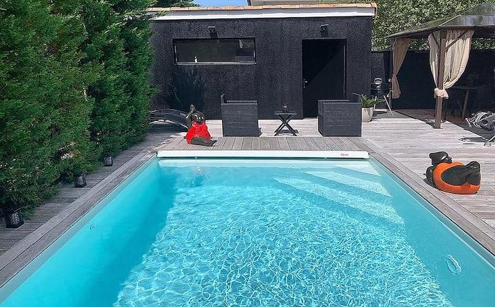Villa moderne avec piscine et voiture à Bordeaux