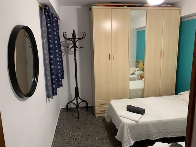 Dormitorio con dos camas y armario ropero
