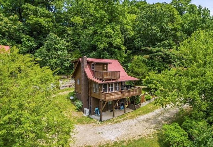 Center Hill Lake Cabin w/ Deck, Spa & Fire Pit