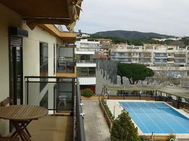 Apartamento muy bien situado con piscina privada.