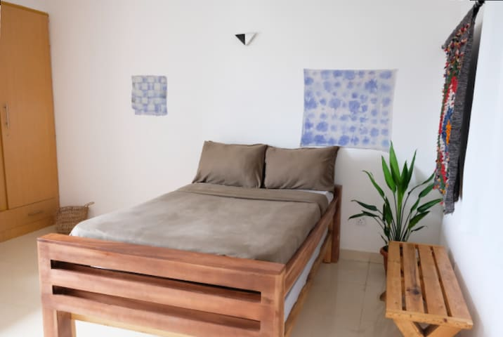 Single bedroom with access to cable TV