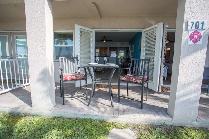 Beachfront location on Pass-A-Grille beach.Walking distance to great restaurants and downtown shops.