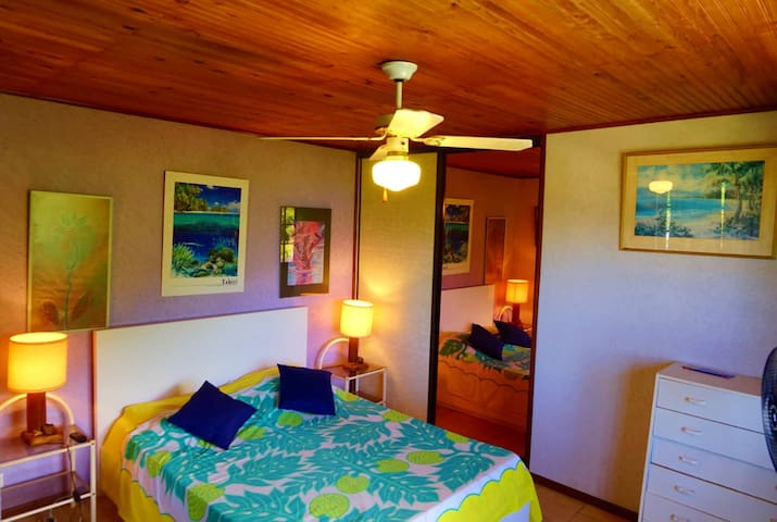 Chambre n°2 , avec penderie, commode et lit d'appoint pour enfant