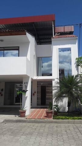 Amplia Casa Urbanizada, cómoda y segura.