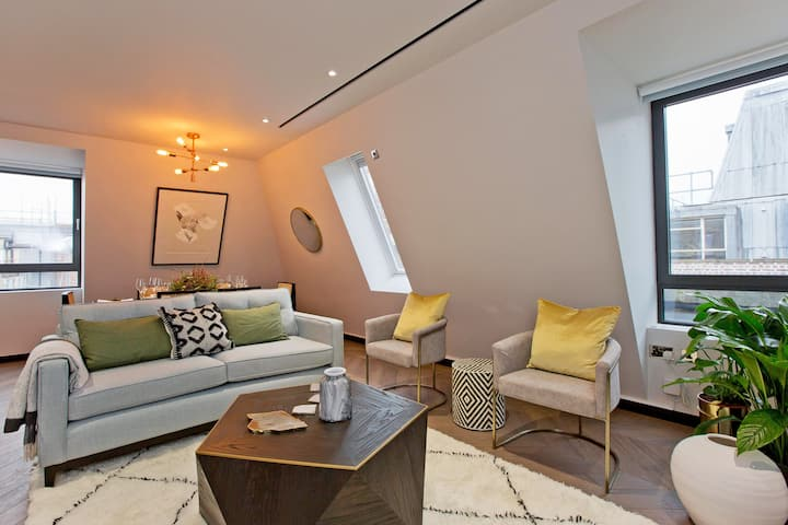 Beautiful Two Bedroom Golden Square Flat w/Study