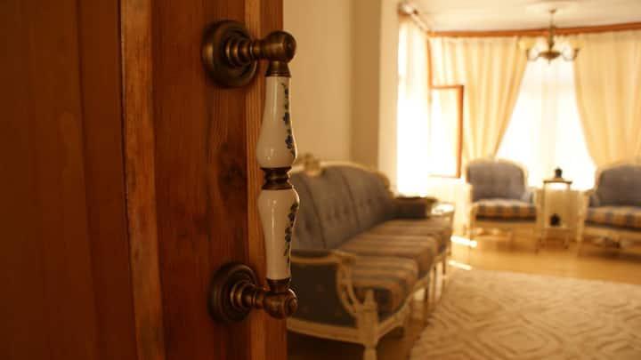 Tarihi Rum evinde Klasik mobilyalı